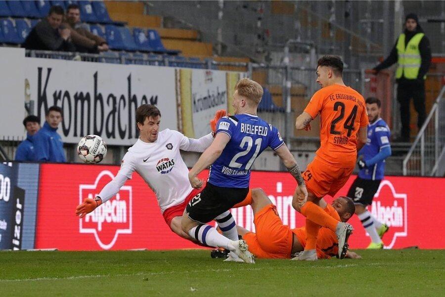 Andreas Voglsammer (Nummer 21) erzielt das 1:0. FCE-Torwart Martin Männel ist machtlos.