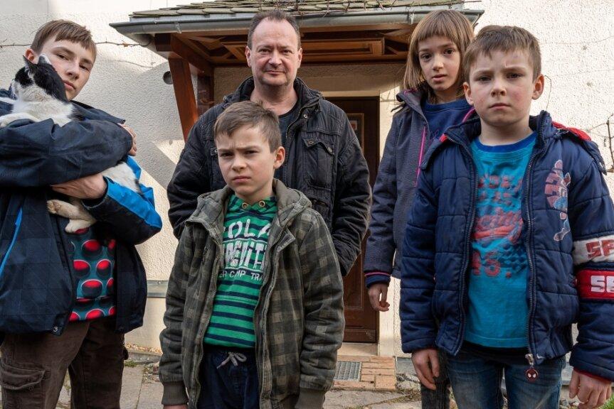 Volker Dietze mit seinen Kindern Hagen (14 Jahre, von links), Sven (10), Gerda (7) und Kai (6). Die Familie lebt in Gospersgrün wegen einer Havarie am Abwasserkanal derzeit unter erschwerten Bedingungen.