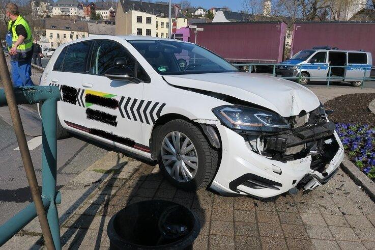 Fahrschul-Auto durchbricht Geländer