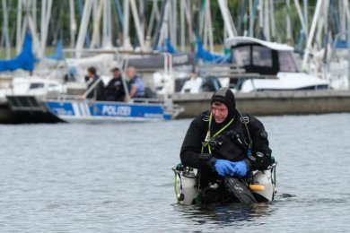 Ein Sporttaucher bereitet sich am Donnerstag im Cospudener See auf einen Tauchgang vor.