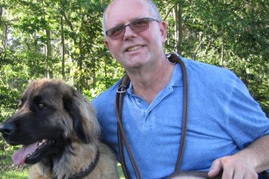 Udo Nestler, Vorsitzender des Geringswalder Hundesportvereins, hier mit Hundedame Wicki, hofft unter anderem auf einen Wiederaufbau der Welpengruppe.