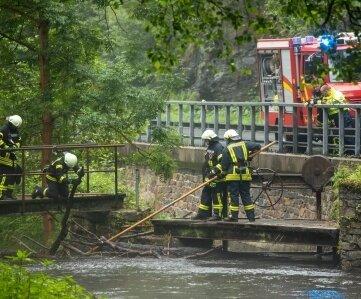 Feuerwehrleute kontrollierten erneut Wehre auf der Suche nach dem Vermissten.