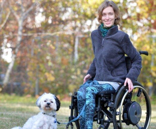 Sandra Hauptmann mit ihrem Hund Jack im Garten nahe ihrer Wohnung in Freiberg. Sie ist auf den Rollstuhl angewiesen.