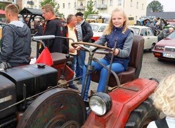 Die 11-jährige Lilli absolvierte auf einem Fraureuther Eigenbautraktor eine Sitzprobe.