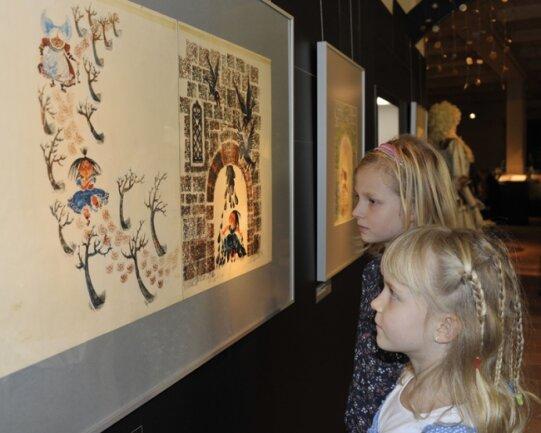Die aktuelle Ausstellung bietet einen Vorgeschmack auf die geplante Dauerausstellung mit Werken von Regine Heinecke aus Bobenneukirchen. Lara Golder (links) und Nele-Merit Bauer schauen sich die Bilder an.