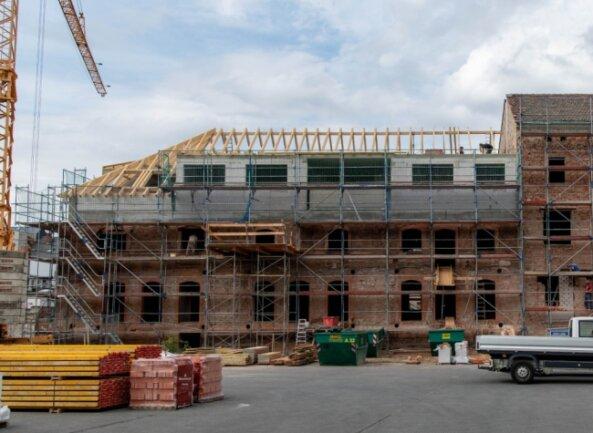 Das Sudhaus der ehemaligen Rochlitzer Brauerei wird zu einem Wohnhaus umgebaut. Auf einem Teil des Gebäudes wird derzeit ein neuer Dachstuhl errichtet.