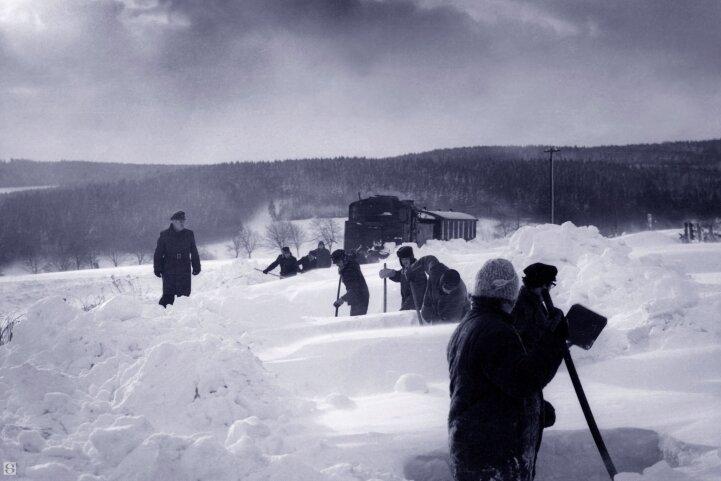 Im Dezember 1973 musste die Strecke an der Hormersdorfer Höhe freigeschaufelt werden.