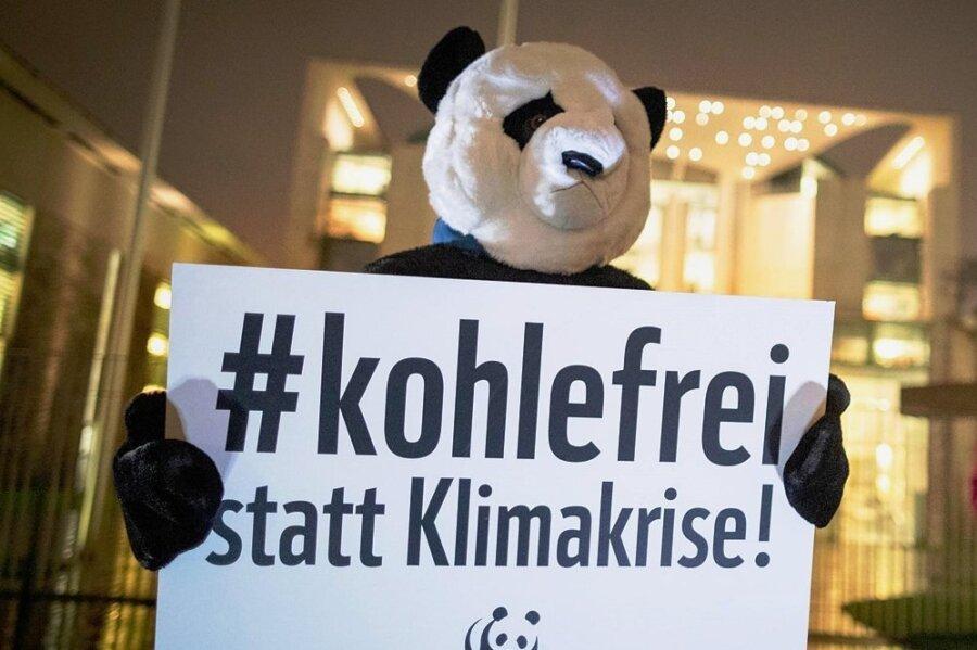 Verkleidet als Panda-Maskottchen des WWF protestiert dieser Demonstrant vor dem Kanzleramt in Berlin gegen die Klimapolitik der Bundesregierung.