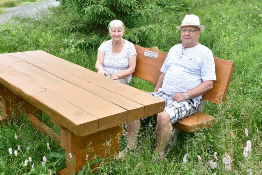Die Urlauber Karin und Klaus Römhild aus Wandlitz machen Rast auf der rustikalen Ruhebank, die das Unternehmen Eins Energie in Sachsen Mühlleithen zur Verfügung stellt.
