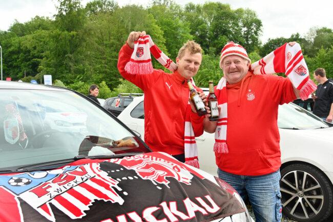 Michel und Peter Dietzel feuern ihren Verein an.
