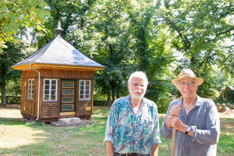 Mit viel Leidenschaft sorgen Bernhard Weisbach (rechts) und Volker Barthel vom Verein der Freunde Plauens für eine weitere Bereicherung auf dem Gelände an der Straße Am Preißelpöhl. Aber es braucht noch Helfer.