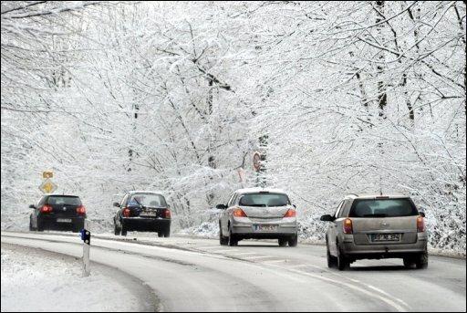 Schneeglatte Straßen haben vor allem in Nordrhein-Westfalen und Niedersachsen für Unfälle und Staus gesorgt. Allein in Nordrhein-Westfalen zählte die Polizei von Montagabend bis heute Morgen mehr als 700 Unfälle mit zwei Schwerverletzten und 26 Leichtverletzten. Nach einem Lkw-Unfall musste die Autobahn A 1 zwischen dem Kreuz Lotte-Osnabrück und Lengerich in der Nacht für rund sieben Stunden gesperrt werden. Auch die A3 und A4 im Raum Köln wurden zeitweise gesperrt.