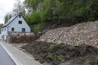 Und heute klafft an der Stelle an der Annaberger Straße in Markersbach ein Loch, Bauschutt wurde hinterlassen.
