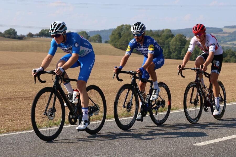 Lange fuhr das Trio mit Mika Heming, Julian Alaphilippe und Mads Pedersen (v.l.) mit einigen Minuten Vorsprung an der Spitze.
