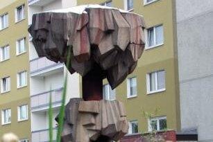 Der von Bildhauer Gottfried Kohl und Architekt Volker Benedix anlässlich der 800-Jahr-Feier von Freiberg geschaffene Kristallbrunnen neben den Hochhäusern an der Chemnitzer Straße sorgte schon immer für Diskussionen.