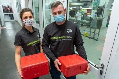 Annika Prax und Erik Weiß sind Fahrer beim Menüservice, der seit 1. Dezember zur Awo Vogtland Service gGmbH gehört.Foto: David Rötzschke