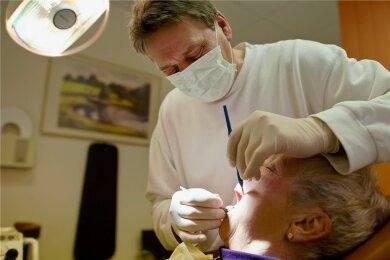 """Keine Entzündungen oder Druckstellen - der Zahnersatz sitzt gut. Regelmäßige Kontrollen sind auch bei den """"Dritten"""" nötig."""