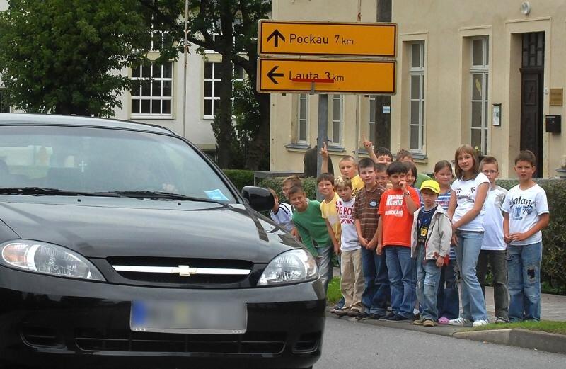 Auch die Lauterbacher Grundschule steht an einer viel befahrenen Straße. Da heißt es für die Mädchen und Jungen besonders aufpassen, wenn sie die Schule verlassen.