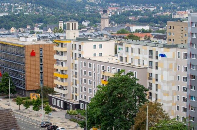 Plauens oberer Bereich der Bahnhofstraße ist zwischen Bahnhof und Albertplatz mit moderner Bebauung großstädtisch geprägt. Der gescheckte Gehweg dort, abfällig Kuhflecken-Boulevard genannt, sticht auch heute noch aus geraumer Entfernung vom Dach eines gegenüber stehenden Hochhauses unangenehm ins Auge.