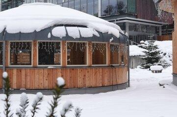 Das verschneite Saunadorf in Bad Brambach.