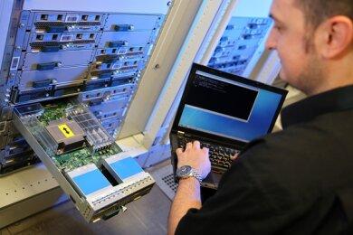 Informatiker Mario Haustein prüft einen Teil eines sogenannten Visualisierungsclusters im Rechenzentrum der TU Chemnitz. Viele Software-Anwendungen an der TU laufen auf Linux-basierten Systemen.