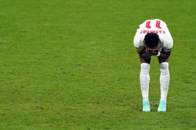 Englands Marcus Rashford steht niedergeschlagen da, nachdem er einen Elfmeter verschossen hat.