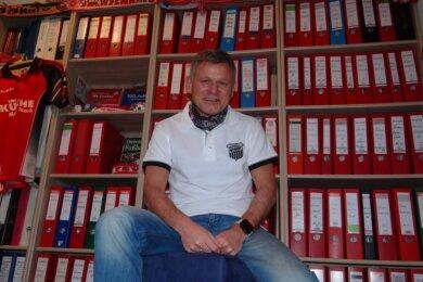 Frank Lämmerhirt inmitten seiner vielen Ordner, in denen er alles sammelte, was über seinen Lieblings-Fußballverein veröffentlicht wurde.