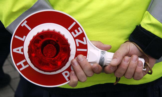 Ein Vogtländer fuhr betrunken Schlangenlinien und wollte nach Kiel. Polizisten stoppten seine Fahrt.