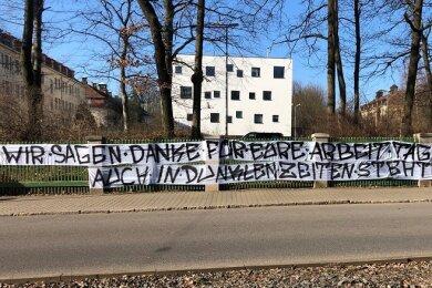 Dieses Banner hängt am Zaun vor dem Ärztehaus an der Karl-Keil-Straße in Zwickau.