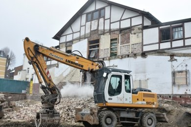 Die lange geplante umfangreiche Sanierung der Turnvater-Jahn-Halle in Adorf geht zügig voran. Der alte Anbau ist weg.