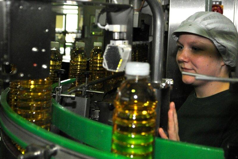 Nadine Böhmer kontrolliert den Füllstand der Kinella-Fruchtsaftflaschen.