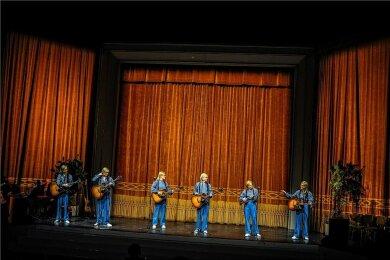 Sechs Gundermanns betreten die Bühne.