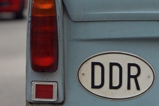 """Witzfigur und Sympathieträger. Der Trabi steht wie kaum ein anderes DDR-Produkt für das nur unzureichend eingelöste Versprechen paradiesischer Zustände. In ungezählten Witzen auf die Schippe genommen, erzählte """"Schorsch"""" nach dem Ende der DDR in """"Go Trabi Go"""" schließlich selbst und humorvoll ein Stück DDR-Geschichte."""