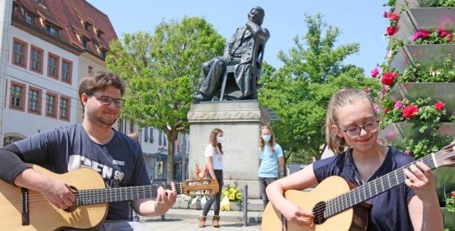 Zu seinem Ehrentag bringen Janek Wasilewski und Lilly Schüller dem Jubilar Robert Schumann vor dessen Denkmal in Zwickau ein Ständchen.