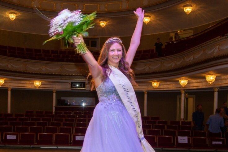 Maxi Schulz jubelt: Die 19-Jährige wurde am Sonntag im Theater gewählt.
