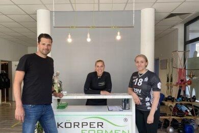 Carlotta Fege (rechts) ist die vierte neue Spielerin beim BSV Sachsen Zwickau. Trainer Norman Rentsch stellte die 18-Jährige, die von Borussia Dortmund nach Westsachsen wechselt, gemeinsam mit der ehemaligen BSV-Spielerin Silvia Sajbidor im Rahmen der Partnerschaft mit deren Unternehmen Körperformen Zwickau vor.