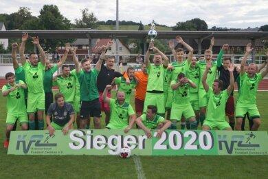 Da ist das Ding: Zwölf Jahre nach dem Erfolg 2008 gewann der FC Sachsen Steinpleis-Werdau am Samstag erneut den Kreispokal. Unter großem Jubel reckte Kapitän Thomas Unger den Pott in die Höhe.