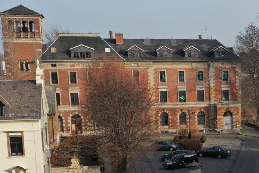 Von Außen macht das ehemalige Postgebäude noch einen soliden Eindruck. Doch im Gebäudeinnern nagt unaufhaltsam der Zahn der Zeit.