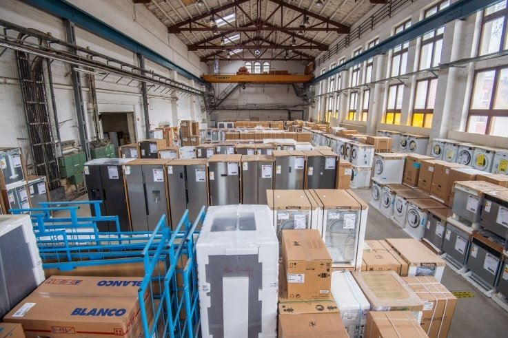 Eine frühere Produktionshalle der Nickelhütte hat die Familie Weichhold kurz nach der Wende angemietet. Dort ist das Lager für Haushaltsgeräte auf1300 Quadratmetern Fläche.