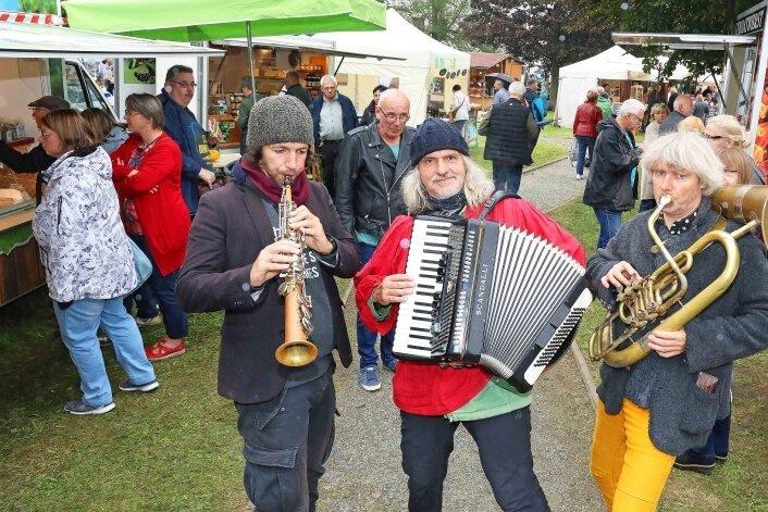 """Das Trio """"Ein Gramm Glück"""" aus Dresden sorgte für die passende Unterhaltung, drehte mehrere Runden durch den Schlosspark."""