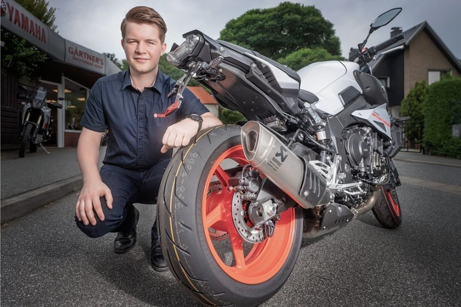 Motorradhaus-Juniorchef Tommy Gärtner mit Yamaha MT-10: Für einen Nachrüstauspuff wie diesen zahlen Kunden knapp tausend Euro.