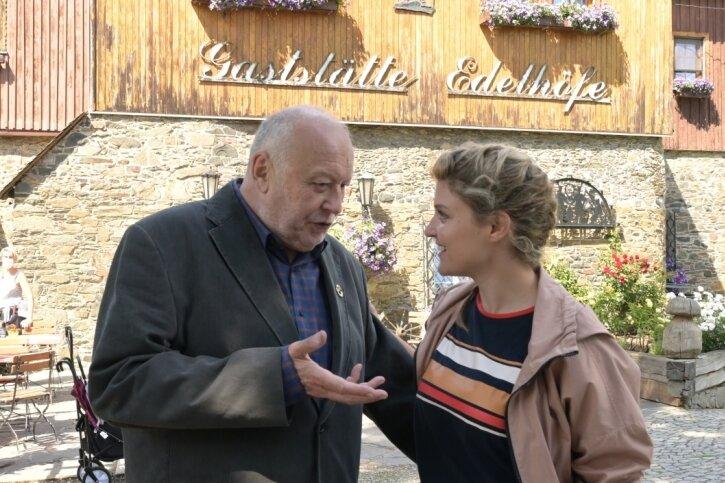 Das Gelände rund um den Edelhof in Alberoda - umgestaltet zur Gaststätte Edelhöfe - diente im Sommer 2020 zwei Tage lang als Filmkulisse für den dritten Teil des Erzgebirgskrimis. Im Bild zu sehen sind die Schauspieler Thomas Thieme und Lara Mandoki.