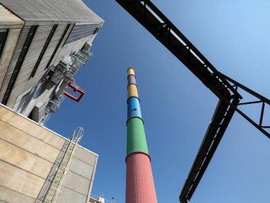 Der Schornstein des Heizkraftwerks in Chemnitz ist zu sehen.