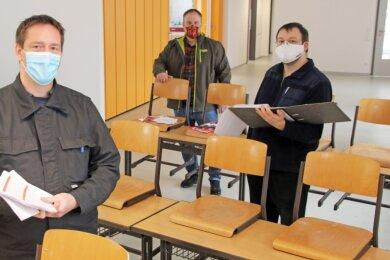 Ortswehrleiter Rico Meutzner (v. l.), Brand-Erbisdorfs Oberbürgermeister Martin Antonow und Gemeindewehrleiter Nico Geißler im neuen Schulungssaal der Wehr in St. Michaelis.