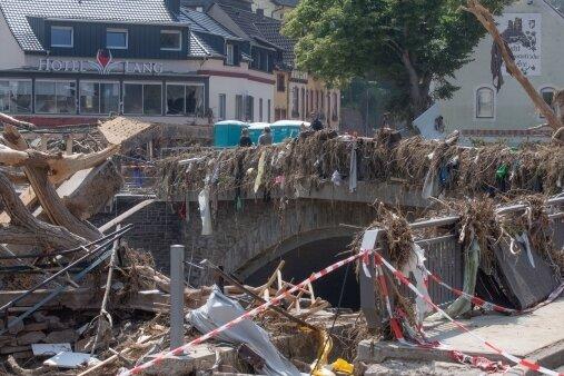 Treibgut und Schutt türmen sich an einer Brücke. Das Foto entstand in Altenahr, das eine Verbandsgemeinde mit Kirchsahr bildet, wo die Zwickauer Hilfsgüter hingebracht worden sind.