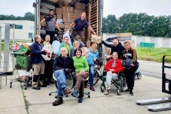 Freiwillige Helfer haben einen Lkw mit rund 90 Kubikmetern Hilfsgütern beladen.