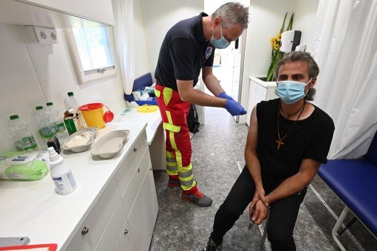 Mitarbeiter Mirko Müller impft Fahad Katibah, der in Stuttgart wohnt.