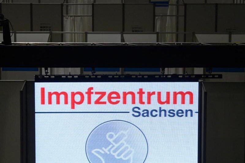 Blick auf die Impfkabinen im Impfzentrum in der Sachsen Arena.