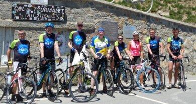 Der Beweis: das Passfoto auf dem Tourmalet. 55 Mal war hier bisher Zielankunft der Tour de France. Unser Autor (2. v. r.) schaffte die 1404 Höhenmeter mit Muskelkraft, ein Großteil der Gruppe mit E-Motor.