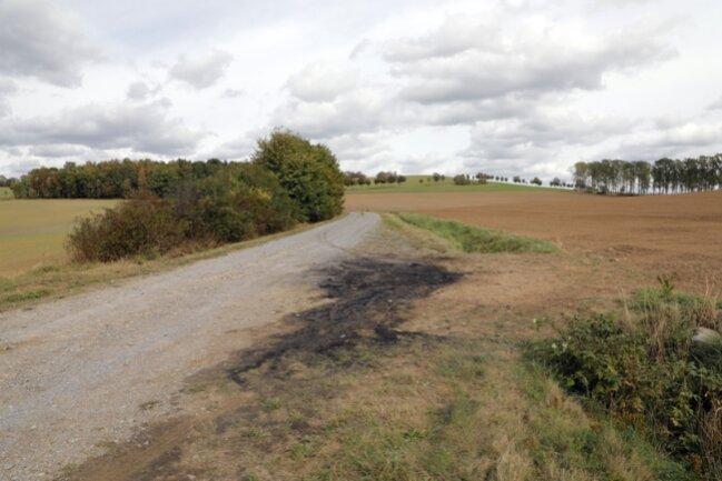 Hier verbrannte am Freitag ein Mensch in seinem Wagen.